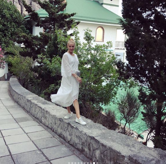 Відпочинок прес-секретаря Путіна в Криму висміяли через фото дружини