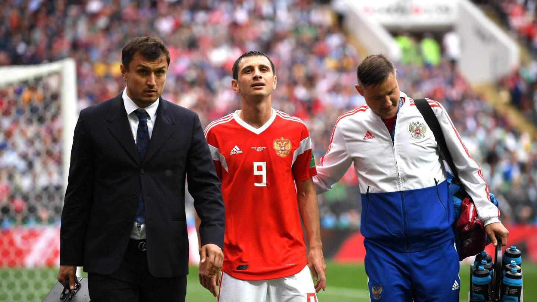 Засмучений Алан Дзагоєв йде з поля через травму