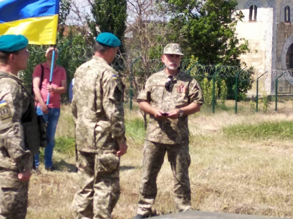 Сірко (праворуч) часто буває в гостях у військових