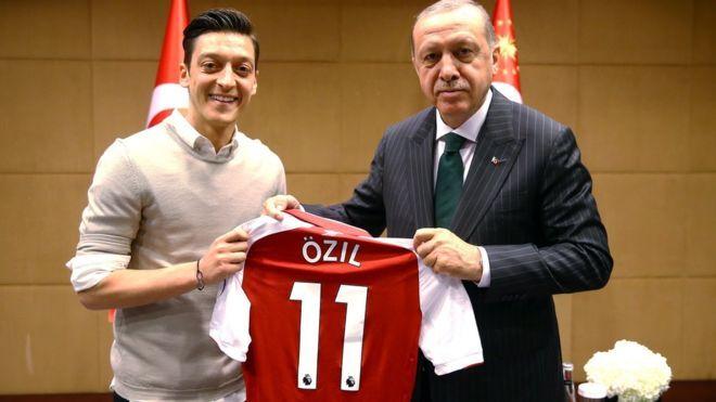 Месут Озіл (ліворуч) і президент Туреччини Реджеп Ердоган