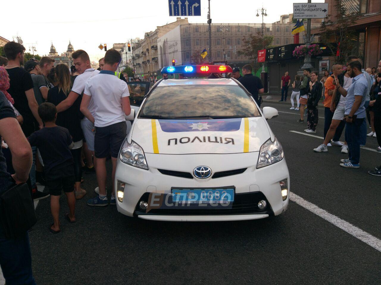Пробігся по машині копів: в Києві спіймали хулігана
