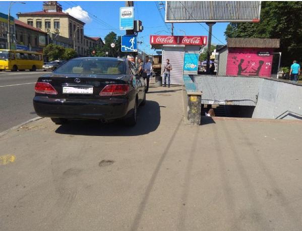 Парковка возле остановки общественного транспорта