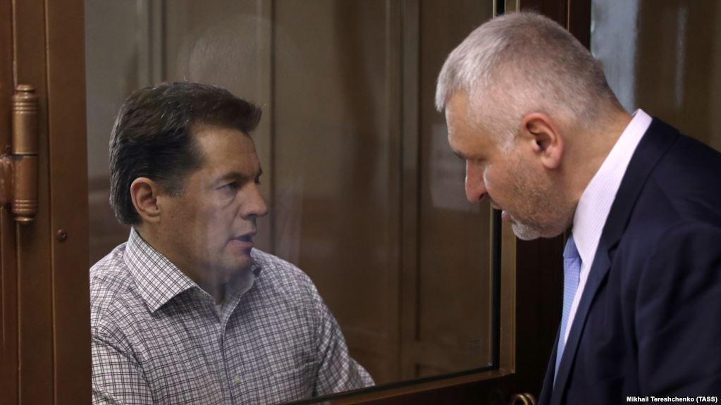 Роман Сущенко со своим защитником Марк Фейгиным на оглашении приговора 4 июня 2018 года