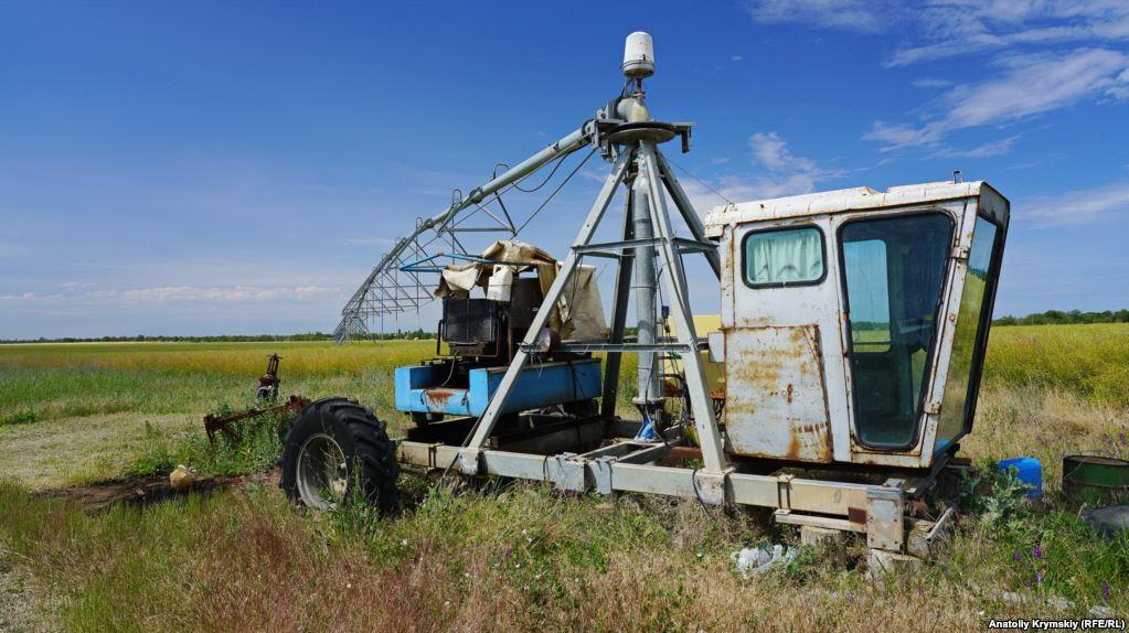 """А далі подається в поле на дощувальну установку """"Бауер"""". Але через такий полив, визнають фахівці """"Правди"""", врожайність овочевих культур за останні роки впала в 2-3 рази. Грунт потребує обов'язкового гіпсування"""
