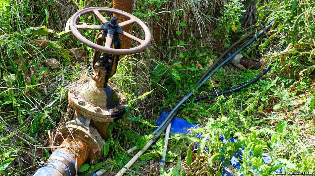 Тепер же по підземних трубах вода викачується виключно з артезіанських свердловин