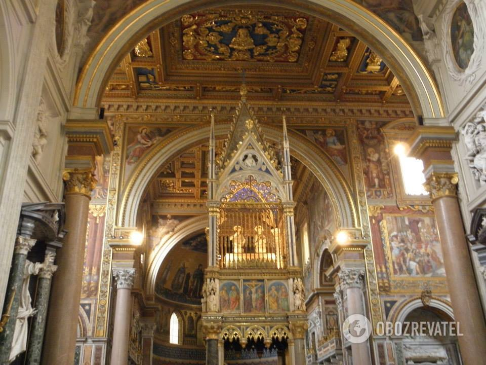 Базилика San Giovanni in Laterano, Рим. Над алтарем - реликвии апостолов Петра и Павла