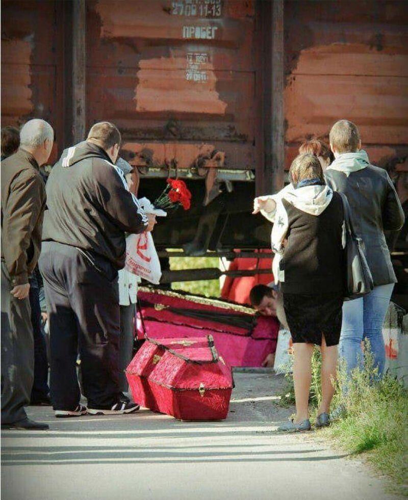 В Подмосковье гробы с покойными тащат на кладбище под поездами. Странные фото