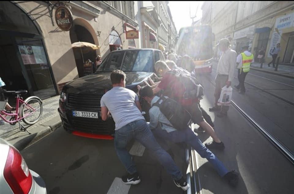 Украинец на Range Rover устроил трамвайный коллапс в Праге. Фотофакт