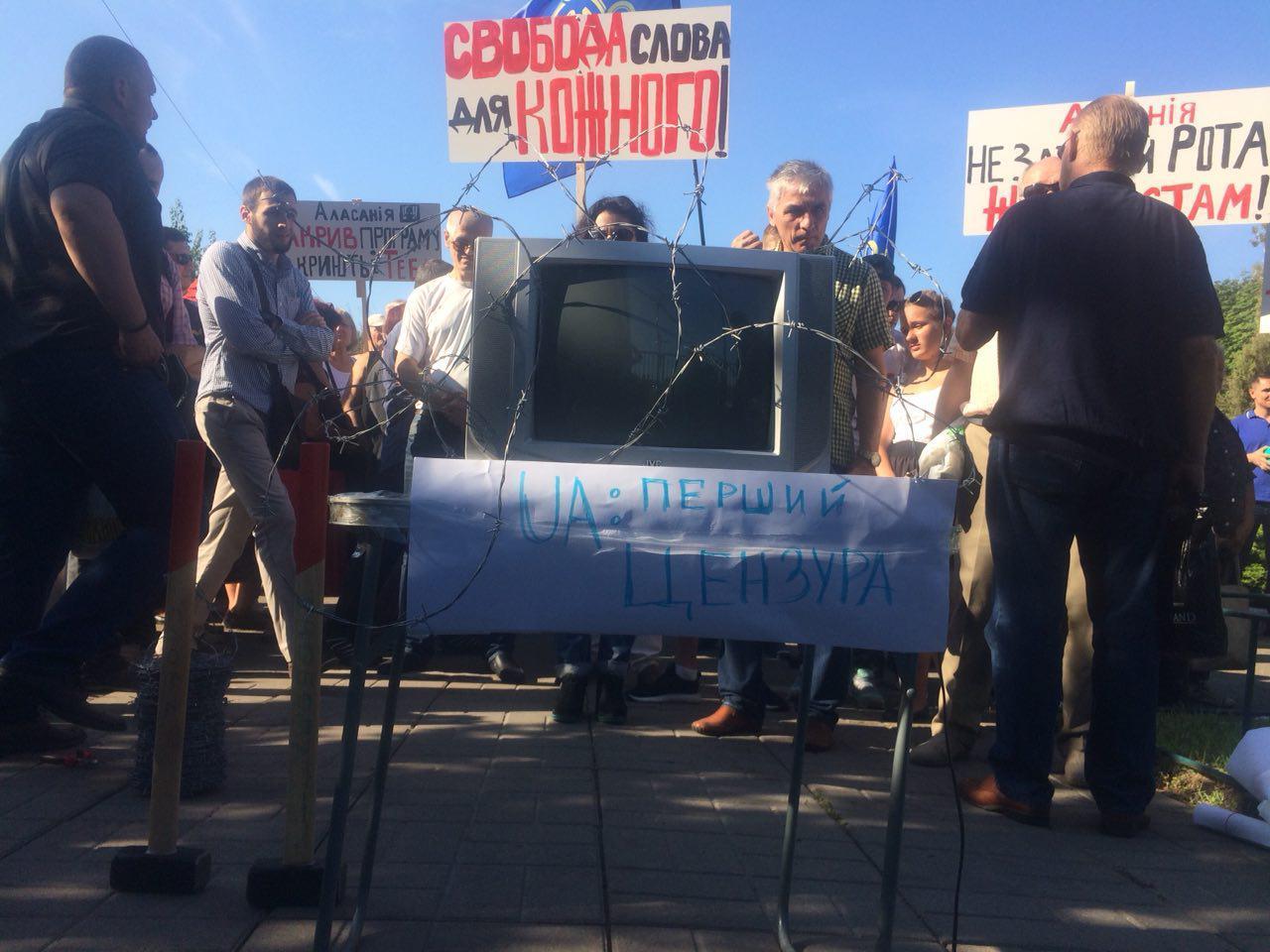 Сотні активістів вимагали відставки Аласанії