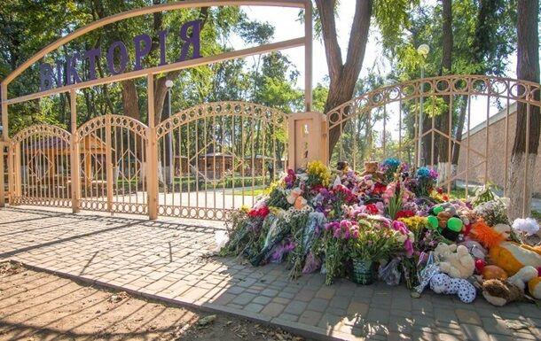 После пожара к лагерю долго несли цветы