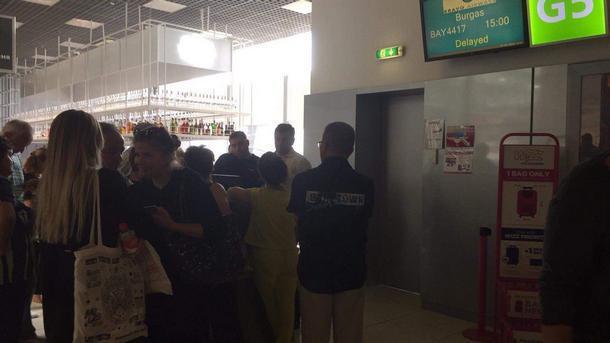 В киевском аэропорту сотни туристов снова попали в ловушку