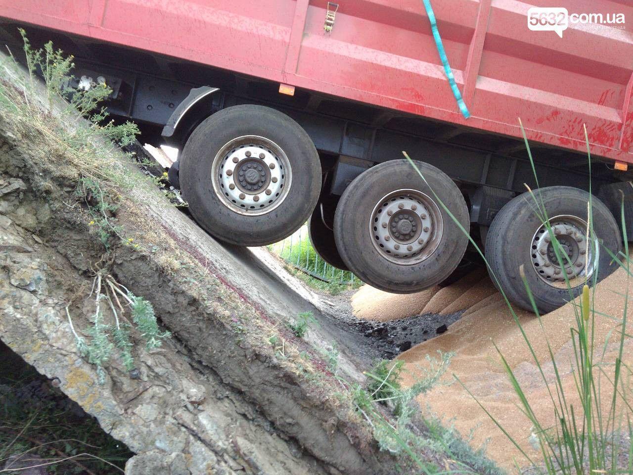 Під Дніпром обвалився міст із вантажівкою: фото НП
