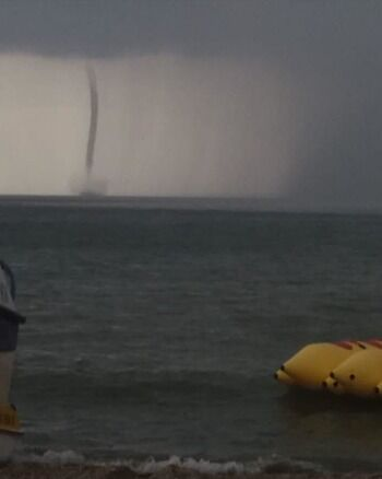 Мощный смерч в Азовском море сняли на видео