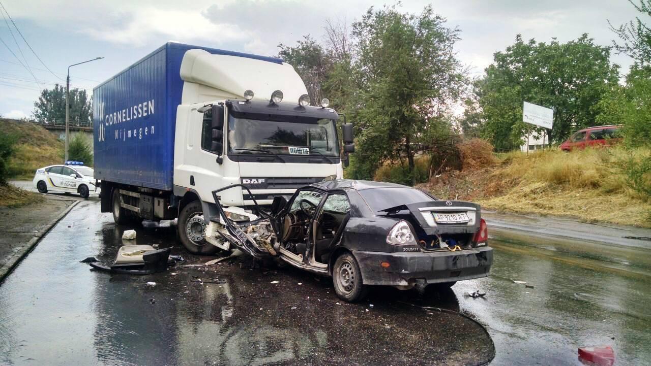 В Запорожье, в результате ДТП, легковушку зажевало под грузовым авто