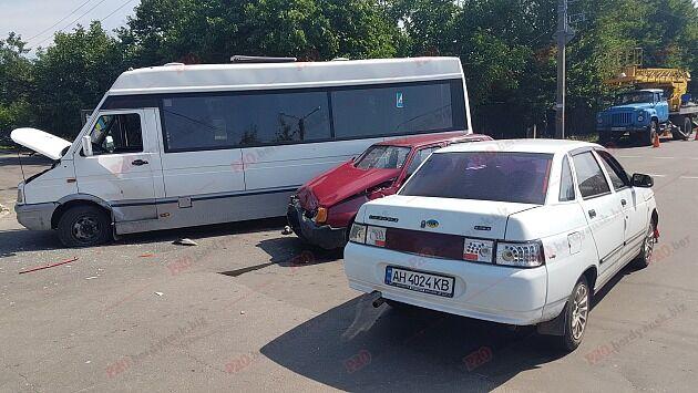 В Запорожской области не поделили дорогу две легковушки и автобус
