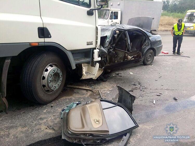 В Запорожской больнице умер водитель автомобиля, врезавшегося на трассе в грузовик