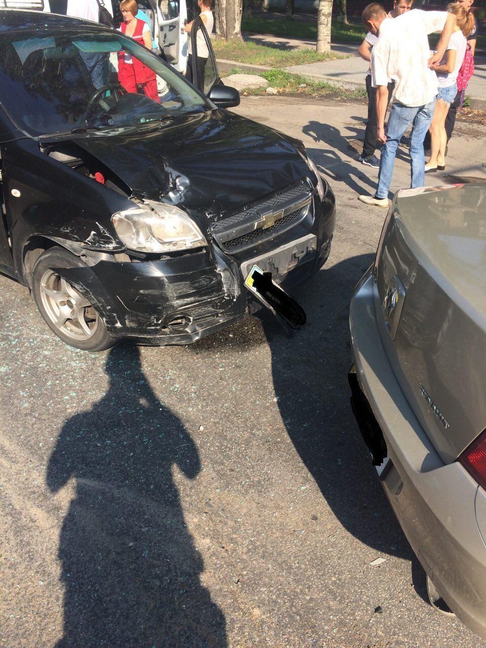 В Запорожье в автомобиль с 8-летним мальчиком внутри въехала легковушка