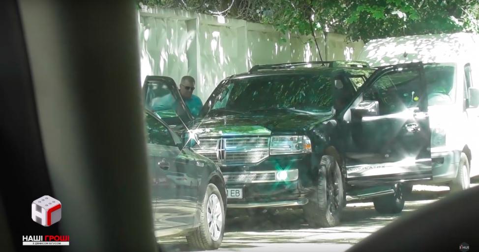 Журналісти показали шикарні машини прокурорів
