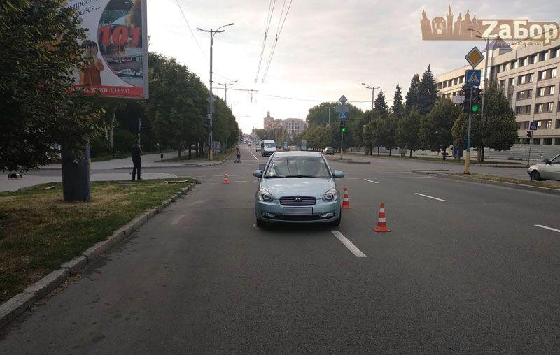 В Запорожье посреди проспекта автомобиль наехал на девушку