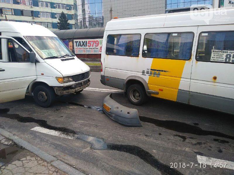 В Запорожье посреди проспекта столкнулись две маршрутки