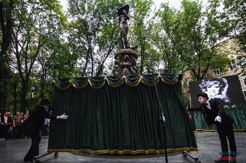 На памятнике Гурченко в Харькове нашли ошибки