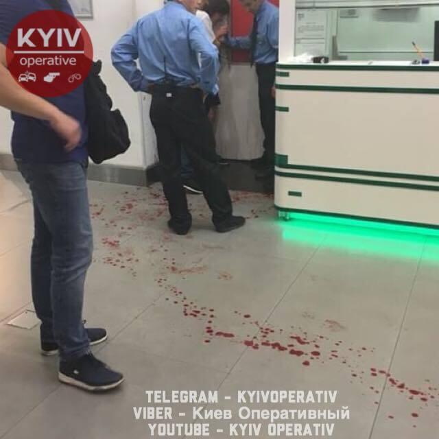 У ТЦ Києва жінка порізала собі вени