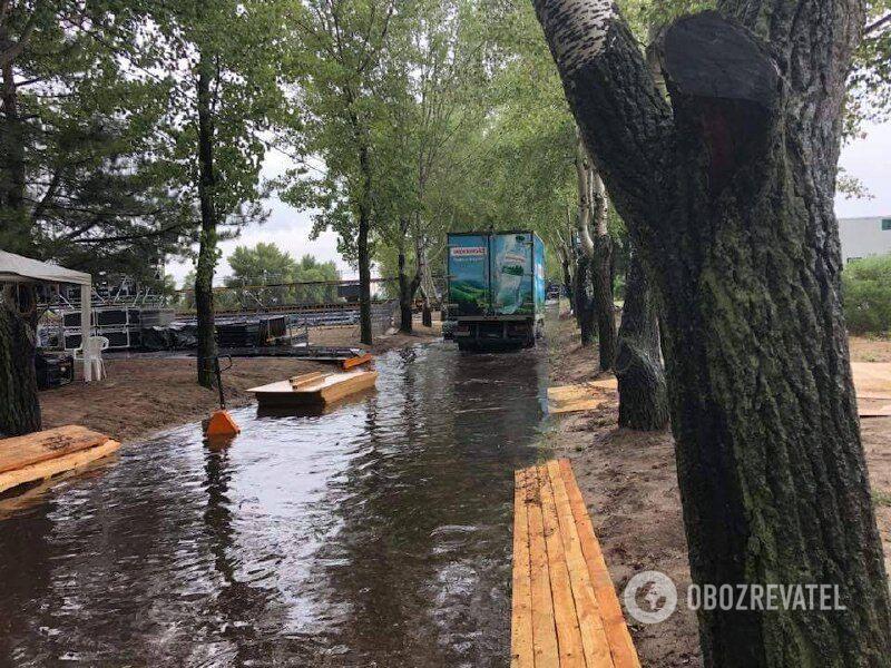 Дніпро затопило потужною зливою: фото і відео наслідків