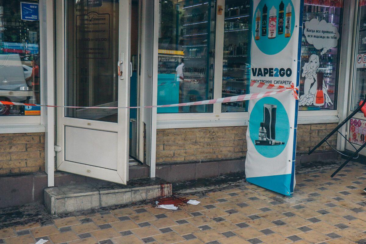 В Киеве возле метро подрезали парня
