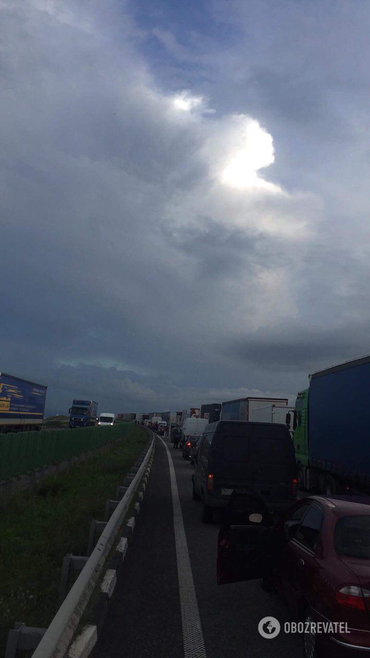 """На трассе возле Житомира """"мертвая"""" пробка растянулась на 11 км"""