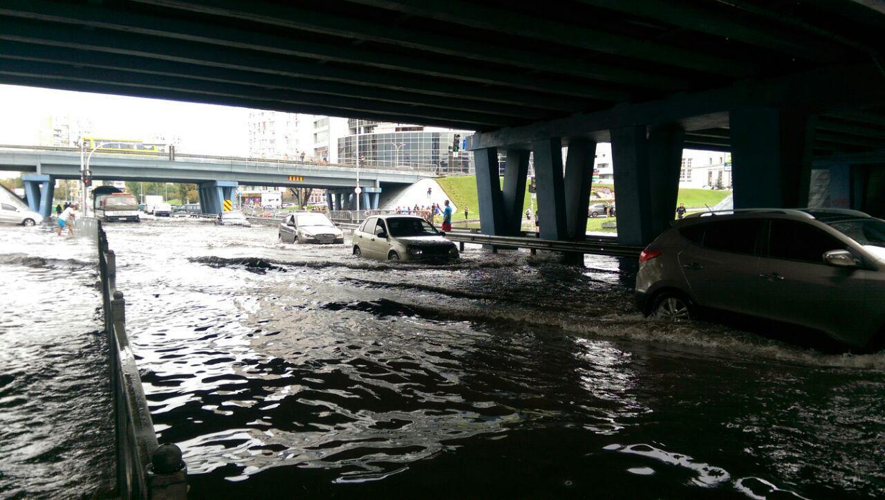 Машины тонут: в Киеве затопило улицы мощным ливнем