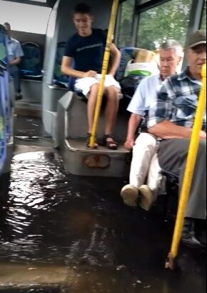 """""""Справжня амфібія"""": з'явилося відео плаваючого під час зливи автобуса в Києві"""