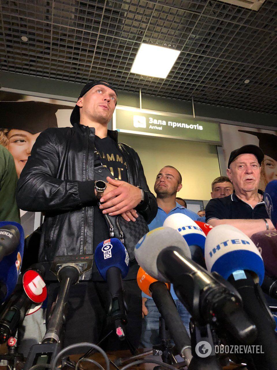 """Под крики """"Слава Украине!"""" Усик вернулся в Киев после победы над Гассиевым"""