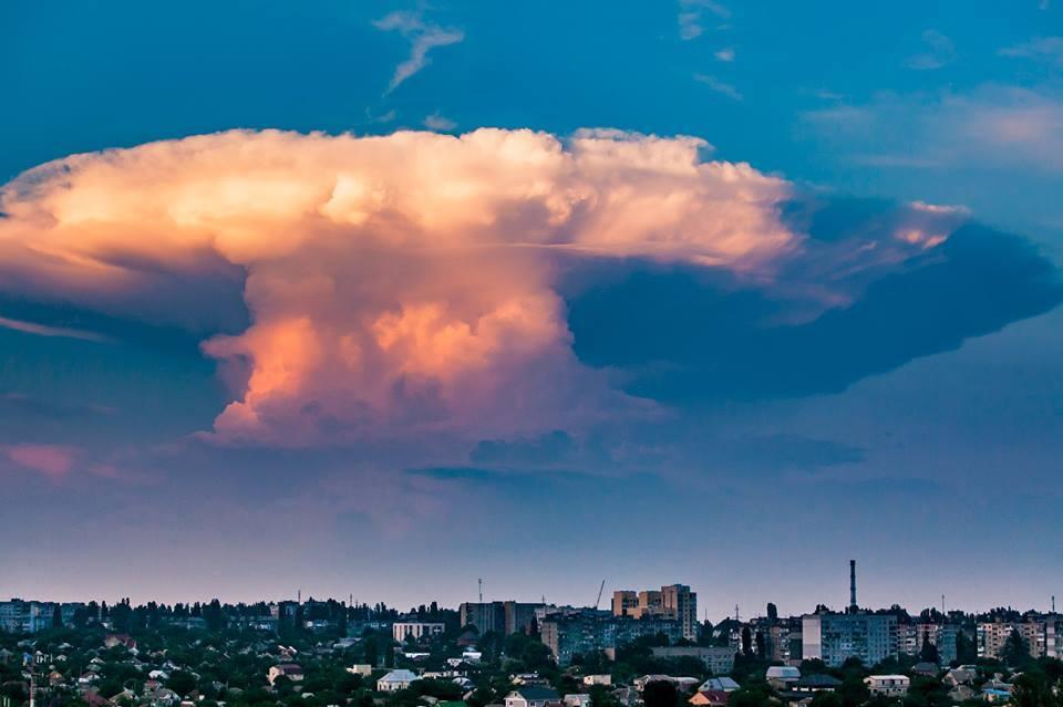 """""""Ядерний гриб"""": у мережі показали яскраві фото незвичайного явища над Миколаєвом"""