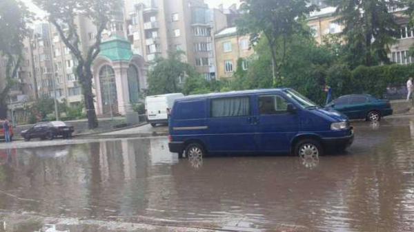 """""""Такий сором!"""" В мережі розлютилися через відео з затопленням у Львові"""