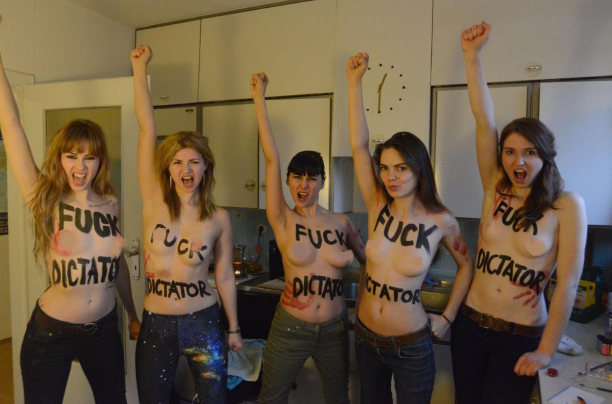 Оксана Шачко (вторая справа) вместе с другими активистками