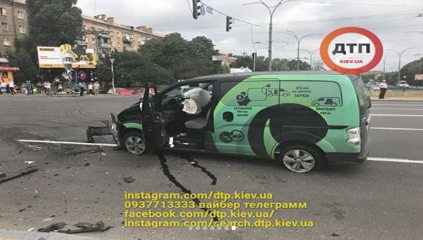 В Киеве авто влетело в людей на тротуаре: есть жертва