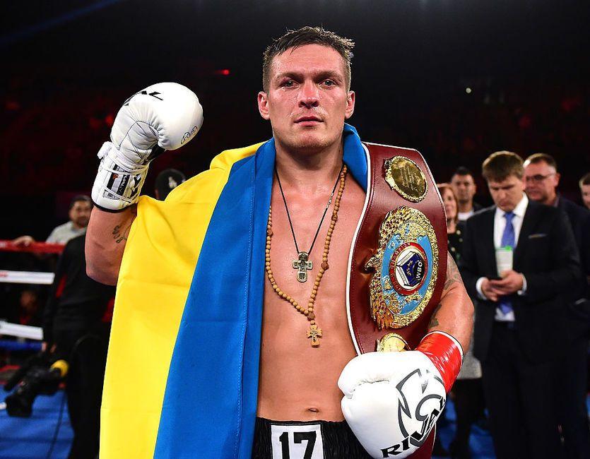 Олександр Усик після переможного бою у Москві, де він виборов титул абсолютного чемпіона світу з боксу