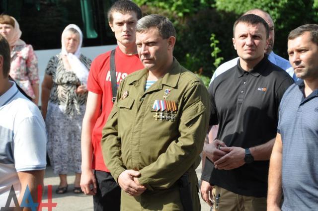 """Куля в зад: Захарченко вперше з'явився на публіці після """"поранення"""""""