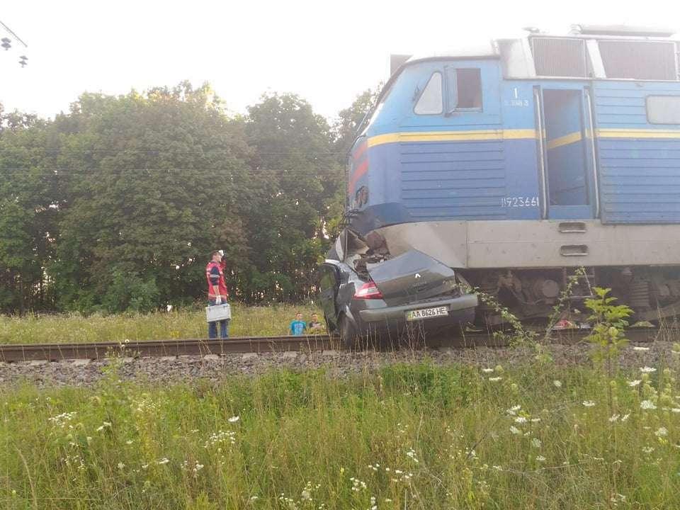 Під Києвом пасажирський потяг розчавив авто