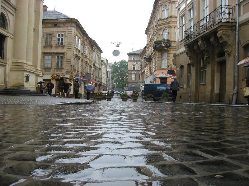 Вулиці перетворилися на річки: з'явилося відео наслідків грози у Львові