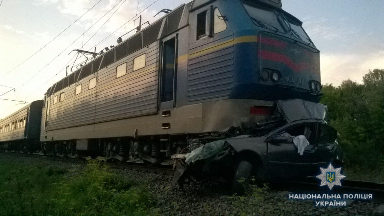 Під Києвом потяг збив авто: нові деталі