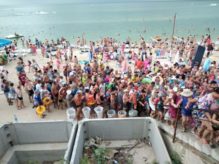 З українського курорту бігли натовпи туристів: видовищні фото