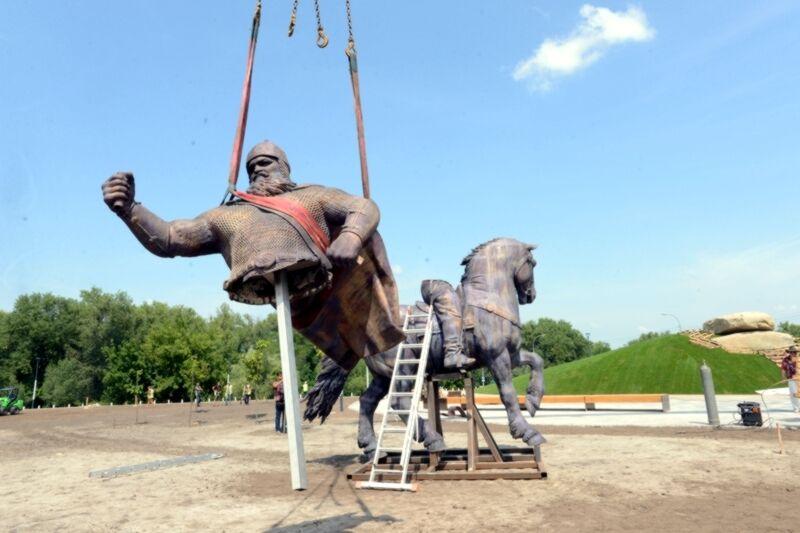 В Киеве устанавливают памятник спорному богатырю из народных сказок