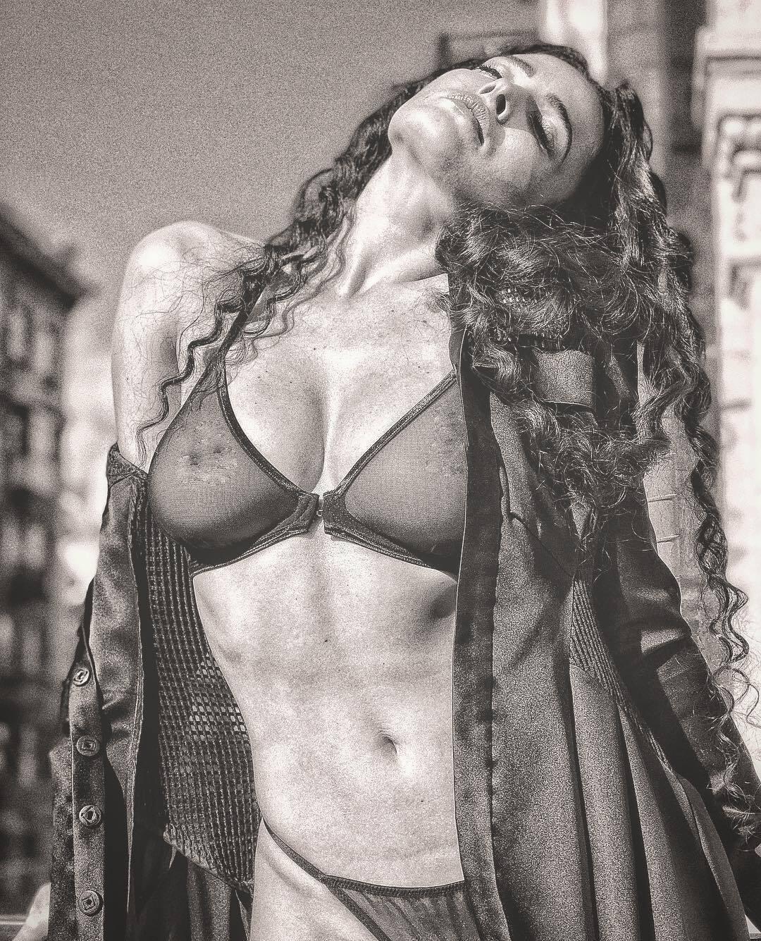 Даша Астаф'єва показала груди в прозорій білизні: фото 18+