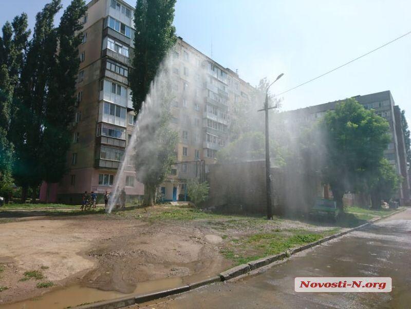 """Висотою з 6-поверхівку: в Миколаєві з-під землі забив """"фонтан"""""""
