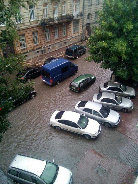 У Львові знову злива: з'явилися фото і відео