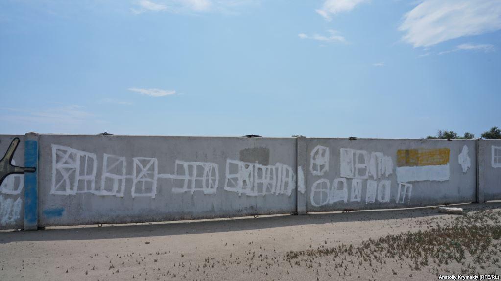 З'явилися фото порожнього пляжу у Криму