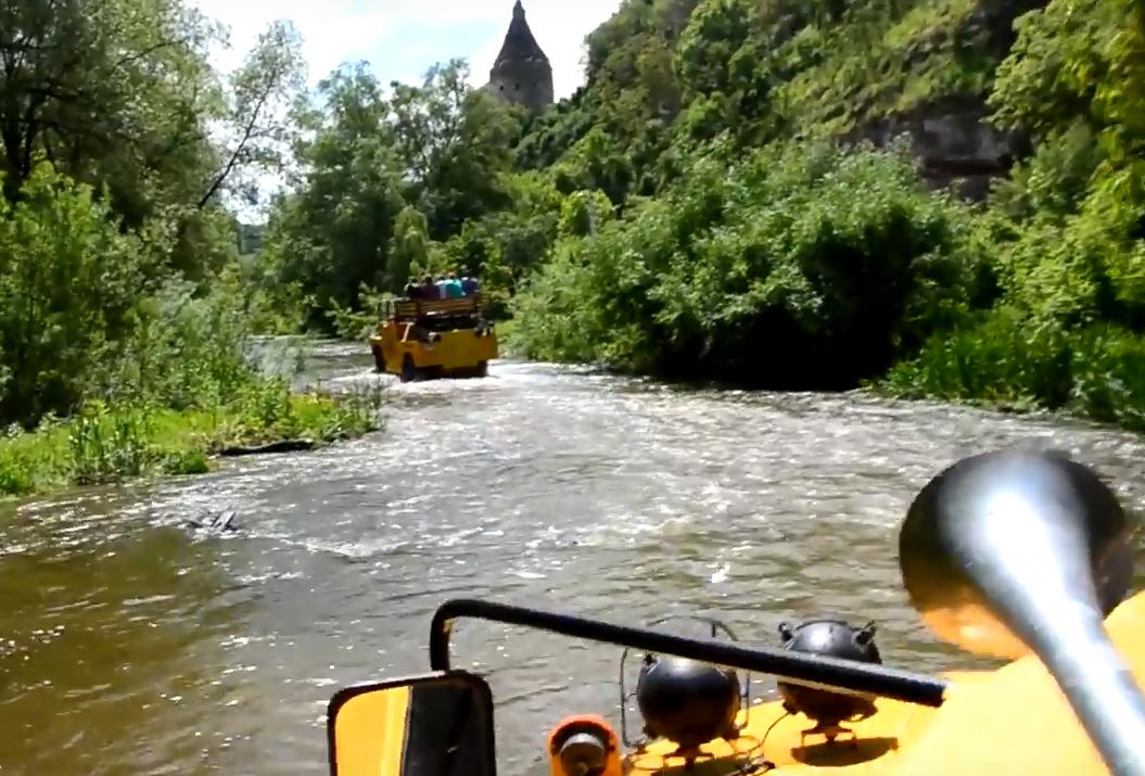 Бронетехніка катає туристів по руслу річки