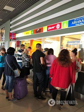 Среди пассажиров много детей: туристы снова застряли в аэропорту Киева