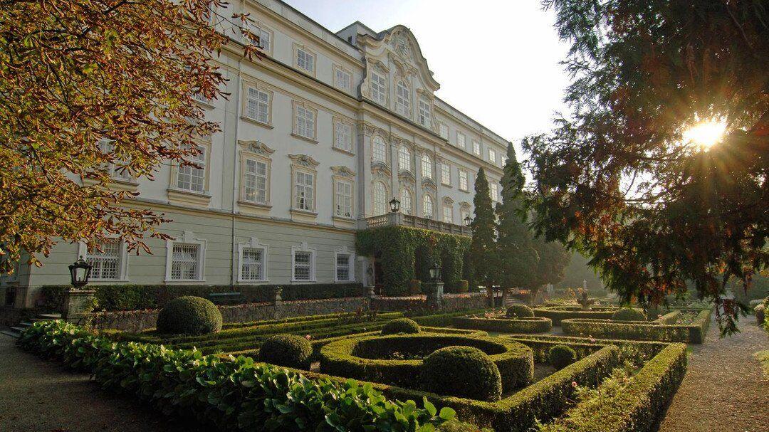 Старинные замки Европы, где можно остаться на ночь: список, цены и фото